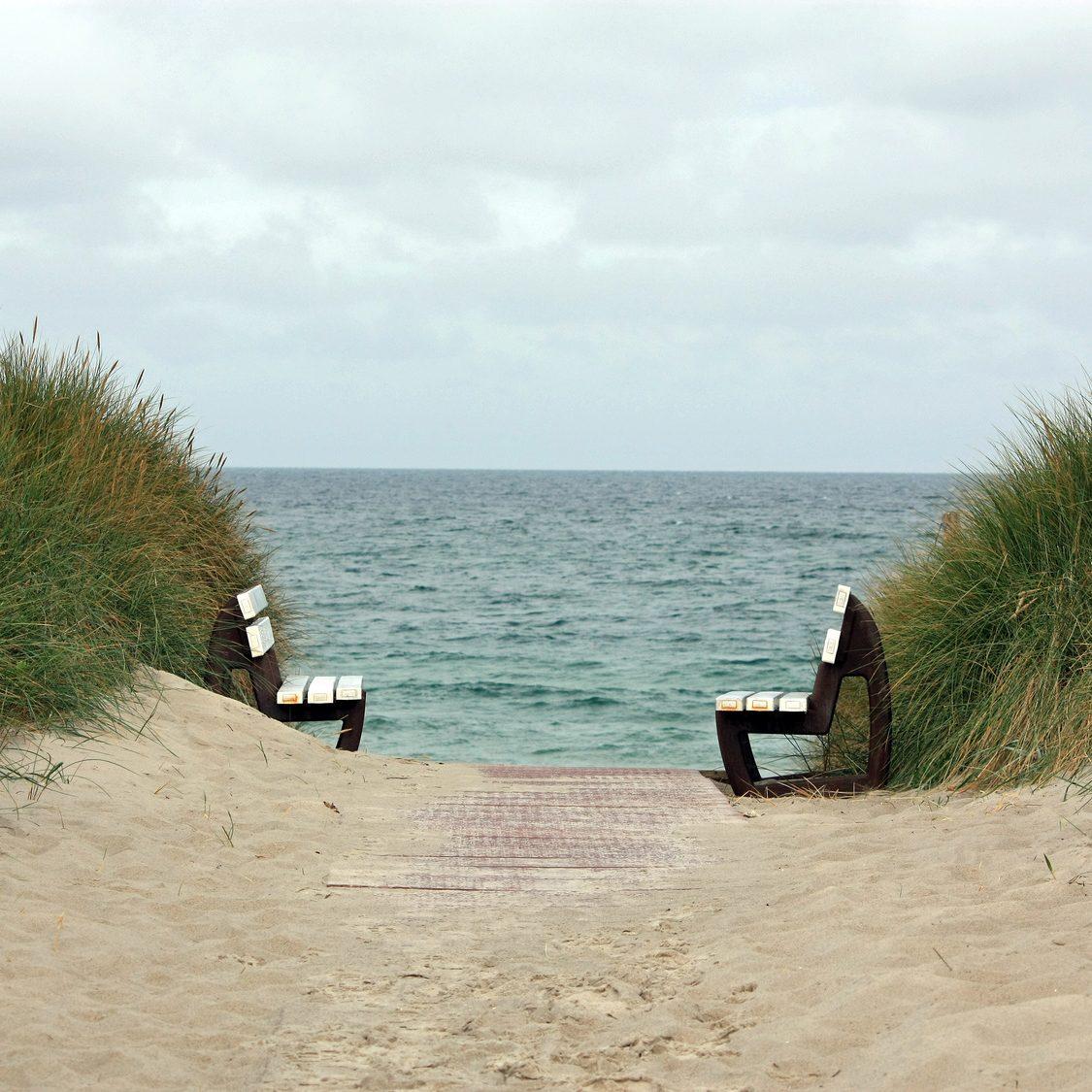 Bänke am Strand als Symbol für die Gesprächstherapie