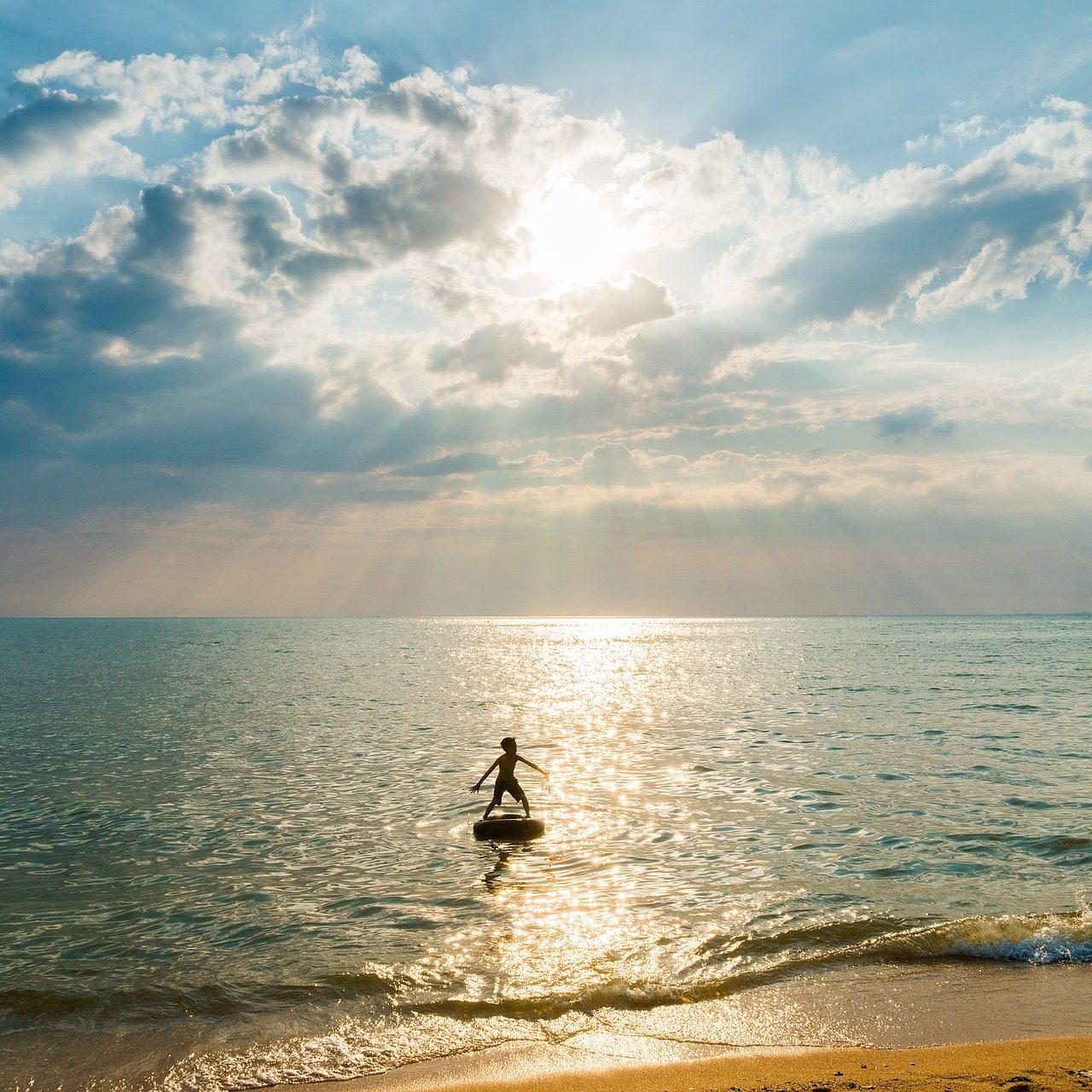 Kind auf dem Meer als Symbol für Erziehungsberatung